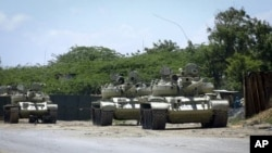 Chars d'assaut de l'UA devant leur base à Mogadiscio (29 octobre 2011)
