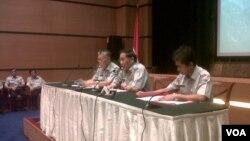 Menteri Perhubungan EE Mangindaan (tengah) didampingi Dirjen Perhubungan Udara Hari Bakti Gumay (kiri) dan Humas Kemenhub Bambang Ervan, dalam konferensi pers terkait Lion Air. (VOA/Andylala Waluyo)