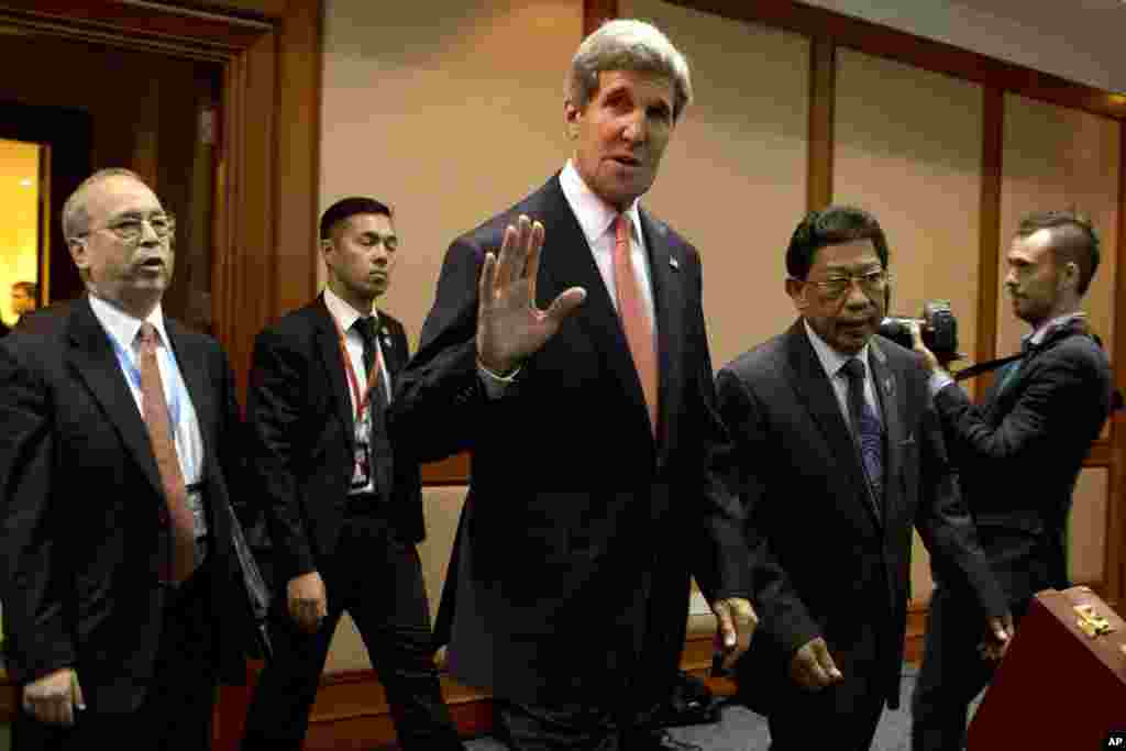 U.S. Secretary of State John Kerry waves upon his arrival at the US-ASEAN ministerial meeting in the International Conference Center in Bandar Seri Begawan, Brunei, July 1, 2013.