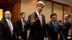 Menlu AS John Kerry melambaikan tangan setibanya di International Conference Center, tempat berlangsungnya pertemuan tingkat menteri AS-ASEAN di Bandar Seri Begawan, Brunei (1/7).