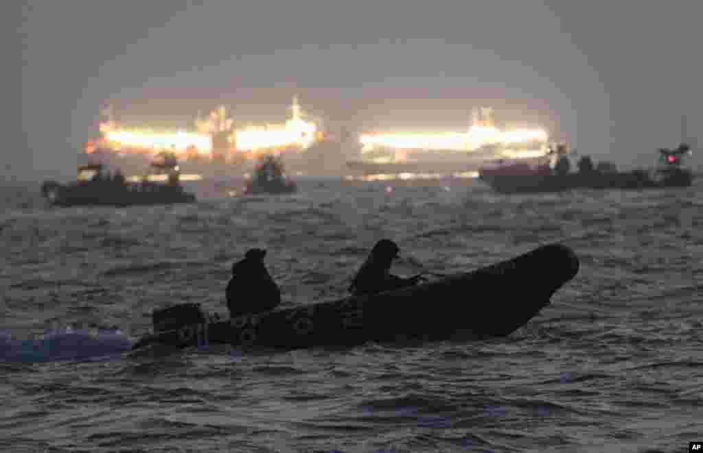 Nhân viên cứu hộ và thợ lặn tìm kiếm các nạn nhân bị mắc kẹt trong chiếc phà bị chìmngoài khơi bờ biển phía nam gần đảo Jindo, ngày 22/4/2014.