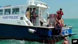 Petugas kepolisian laut Malaysia menemukan jenazah korban tenggelamnya kapal Sungai Air Hitam di Banting, luar wilayah Kuala Lumpur, Malaysia (18/6).