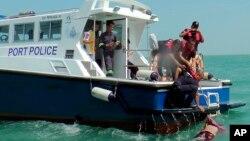2014年6月18日马来西亚海事警察打捞沉没木船尸体