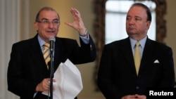 El colombiano Humberto de la Calle (izquierda), junto a Luis Carlos Villega, durante una conferencia de prensa en el marco de las negociaciones de paz con las FARC´s.