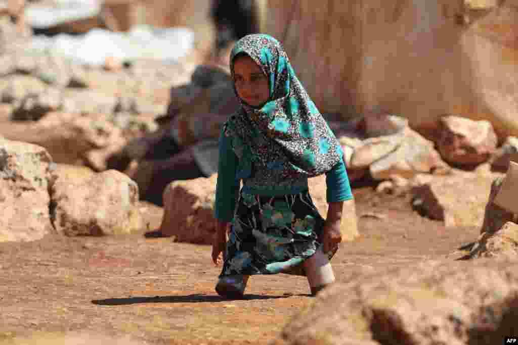 កុមារី Maya Mohammad Ali Merhi អាយុ៨ឆ្នាំ ដើរដោយប្រើជើងសិប្បនិម្មិតបង្កើតដោយឪពុករបស់នាងពីកំប៉ុង នៅក្នុងជំរំមួយសម្រាប់ប្រជាជនភៀសខ្លួននៅភាគខាងជើងខេត្ត Idlib ក្នុងប្រទេសស៊ីរី។