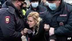 Politsiyachilar Navalniy joylashgan qamoqxona qarshisida Shifokorlar alyansi lideri Anastasiya Vasilyevani qo'lga olmoqda