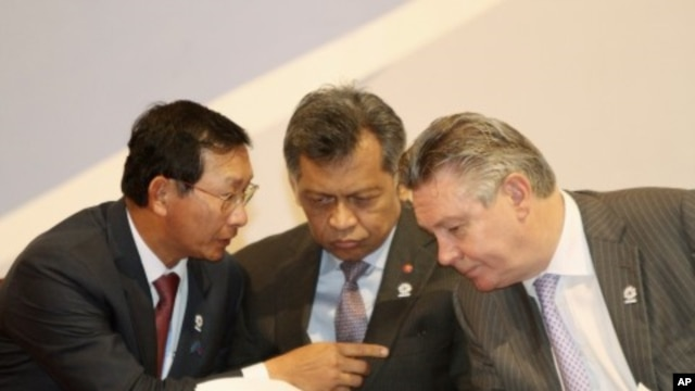 Cambodia's Deputy Prime Minister and Minister of Commerce Cham Prasidh (L) talks to EU Trade Commissioner Karel De Gucht (R), as ASEAN Secretary-General Surin Pitsuwan, listens during the opening ceremony of the 2nd ASEAN-EU business summit meeting in Phn