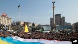 3月23日,人们在基辅的独立广场举行支持乌克兰领土完整的集会