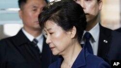 Los fiscales acusan a Park de conspirar con su confidente, Choi Soon-sil para chantajear a grandes empresas.