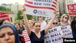Para demonstran menentang pemberlakuan larangan perjalanan terbatas usulan Presiden AS Donald Trump dalam aksi di New York (foto: dok).