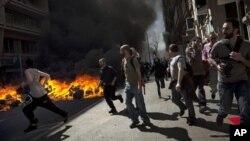 Canecas de basura fueron incendiados durante las manifestaciones con la policía en Barcelona.