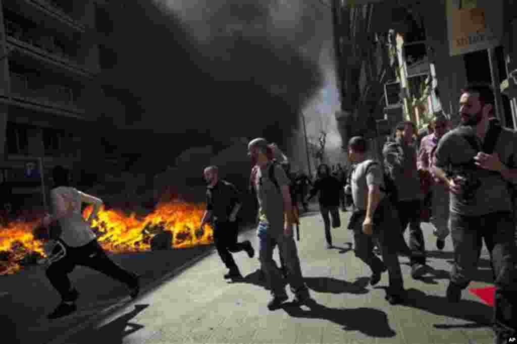 Los sindicatos paralizaron el servicio de transporte con una huelga general contra las reformas laborales. (AP)