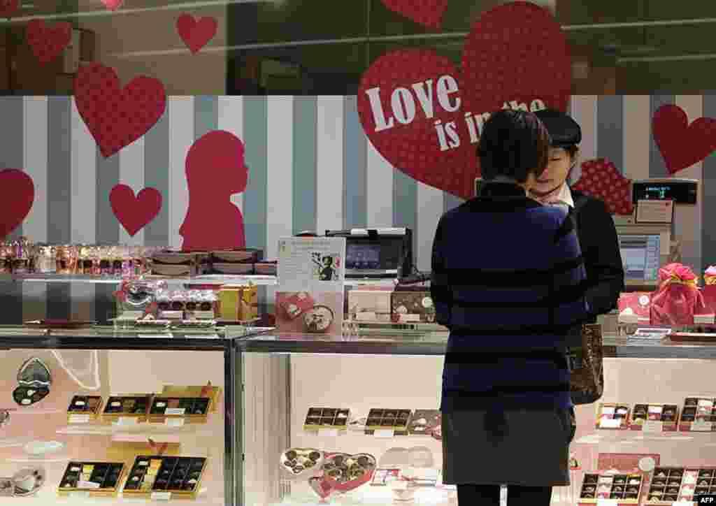 Một phụ nữ mua kẹo sô-cô-la Ngày Valentine tại một cửa hiệu ở Tokyo ngày 14 tháng 2 năm 2012. (AP)