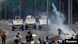 Abiyerekana bahangana n'imuduga ya gisirikare muri Venezuela, Kw'itariki 30/04/2019.