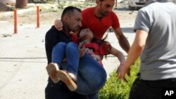 Người dân giúp đỡ một người bị thương sau vụ đánh bom xe ở thành phố Van, Thổ Nhĩ Kỳ, ngày 12/9/2016.