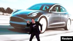 FILE PHOTO: Tesla Inc CEO Elon Musk dances onstage during a delivery event for Tesla China-made Model 3 cars in Shanghai, China January 7, 2020. REUTERS/Aly Song/File Photo/File Photo