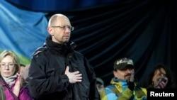 Mantan Menteri Perekonomian Ukraina, Arseny Yatseniuk (depan) berdiri di panggung saat bergabung bersama para pengunjuk rasa di Lapangan Merdeka, Kyiv, Ukraina (26/2).