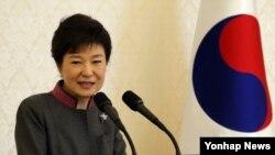 한국 박근혜 대통령 11일 청와대에서 열린 외국인 투자기업 오찬 간담회에서 인사말을 하고 있다.