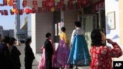 Cử tri xem hàng chờ bỏ phiếu tại Bình Nhưỡng, Bắc Triều Tiên, ngày 9/3/2014.