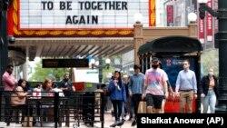 Arhiv - Šetnja u blizini Chicago pozorišta u prijestolnici države Illinois. (AP/Shafkat Anowar)