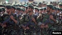 ایران کے پاسداران انقلاب کا ایک دستہ مارچ پاسٹ کرتے ہوئے، فائل فوٹو
