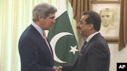 美國國會參議員約翰.克里(左)與巴基斯坦總理吉拉尼會面