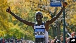 Wilson Kipsang de Kenia, celebra su triunfo en el 44o. maratón de Nueva York.