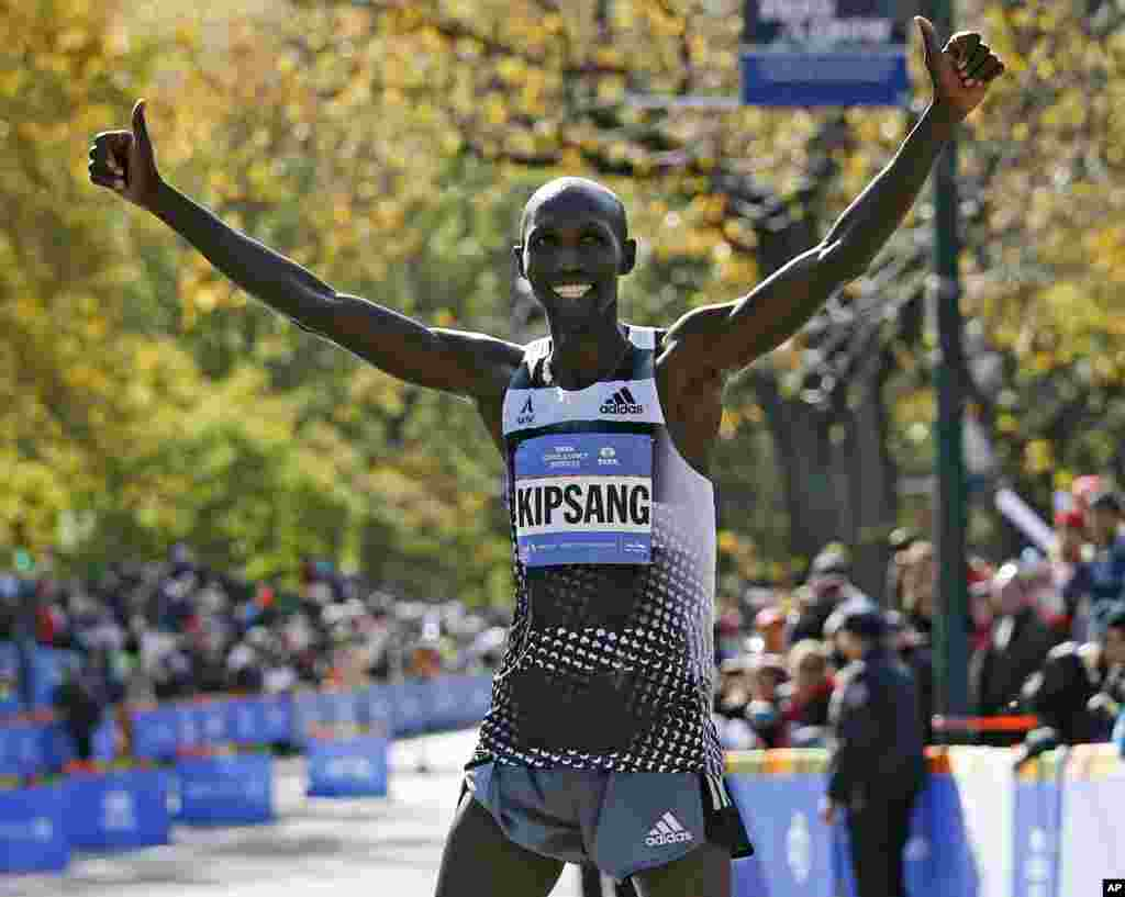 Wilson Kipsang of Kenya celebrates on the finish line after winning the the men's division of the 44th annual New York City Marathon in New York, Nov. 2, 2014.