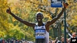 Wilson Kipsang célébrant sa victoire dimanche à New York (Reuters)