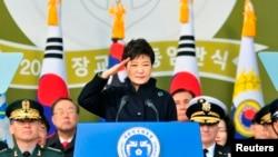 3月6日韩国总统朴槿惠对韩国军官们敬礼