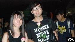 香港大專學生黎同學(右)贊成發動全香港大罷課反對當局推行國民教育
