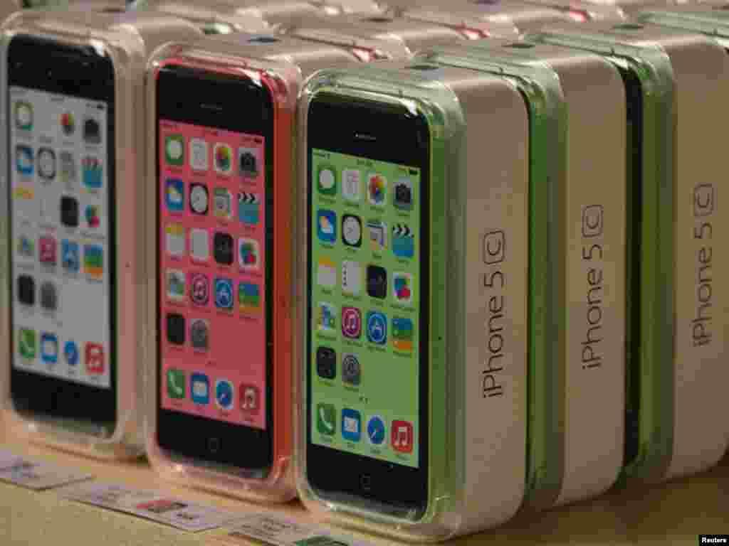نیویارک کی ایپل کمپنی کے اسٹور میں نئے ایپل فون کے ماڈل تین مختلف رنگوں میں فروخت کیلئے رکھے ہیں۔ ایپل کا نیا ماڈل فائیو ایس تین رنگوں میں دستیاب ہے مگر زیادہ مانگ کے باعث سنہرے رنگ کا آئی فون مارکیٹ میں ختم ہو چکا ہے۔
