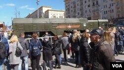 去年5月紅場閱兵彩排中停在莫斯科市中心的伊斯康德爾導彈發射車。