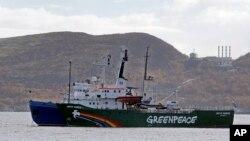 Kapal Greenpeace 'Arctic Sunrise' dikawal oleh kapal pengawal pantai dari basis militer Rusia di Severomorsk, Semenanjung Kola, Rusia (24/9).