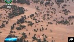 라오스 남동부 아타프주에서 수력발전댐이 붕괴된 후 물에 잠긴 마을의 모습. 아타프 주에서 건설 중인 수력발전용 세피안-세남노이댐이 무너져 인근 6개 마을을 덮친 가운데 이로 인해 19명이 사망하고 수 백 명이 실종됐다.