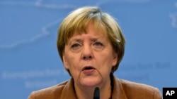 Thủ tướng Đức Angela Mẻkel trao đổi với truyền thông sau cuộc họp khẩn cấp ở Brussels.