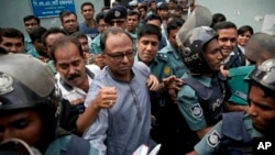 Bangladeshi newspaper editor Mahmudur Rahman, center, is brought to a court following his arrest in Dhaka, Bangladesh, Thursday, April 11, 2013.