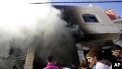 Người Palestine vây quanh hiện trường sau khi quân đội Israel bắn chết 2 nghi can Palestine, Abu Amer Aisheh và Marwan Qawasmeh, ở Bờ Tây Hebron, ngày 23/9/2014.