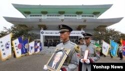 6·25전쟁 때 낙동강 전선 다부동 전투를 승리로 이끈 김점곤 장군의 영결식이 2일 대전 유성구 국립대전현충원에서 육군장으로 치러진 가운데 운구행렬이 운구 차량으로 향하고 있다.