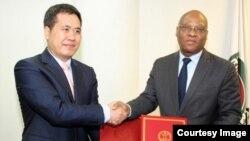 中國駐尼日利亞大使及西非國家經濟共同體大使周平劍和西共體委員會主席讓克勞德布魯 (照片來自西非經共體網站)