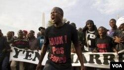 Aksi protes kelompok oposisi menentang pencalonan ketiga kali Presiden Wade di ibukota Dakar (foto: dok).
