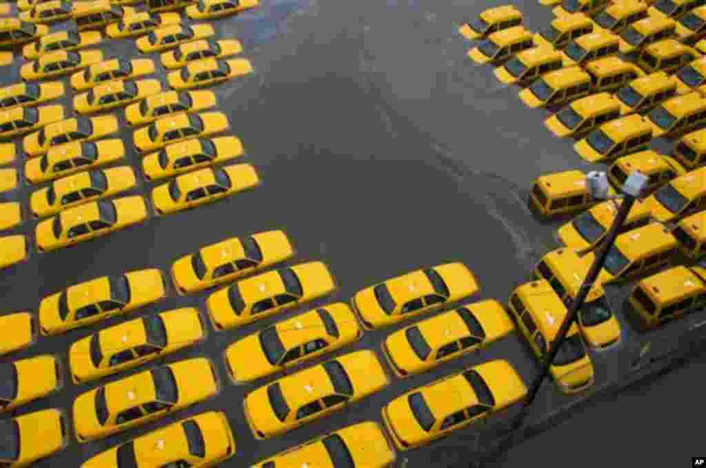 2012.2012年10月30日,新泽西州霍博肯一处停车场内泡在水中的大批黄色出租车。