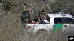 امریکی کسٹم حکام میکسیکو کی سرخد کے قریب ایک مشکوک گاڑی کو چیک کررہے ہییں۔ فائل فوٹو