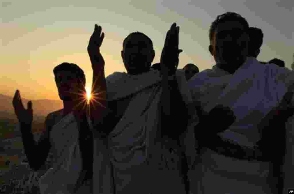 Des pèlerins sur le Mont Arafat