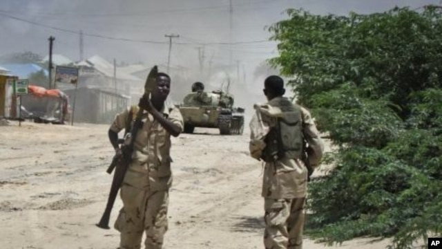 Somali government soldiers take positions during clashes with Islamist militants in Mogadishu, Somalia, October 10, 2011.