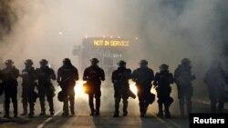 مأموران پلیس شهر شارلوت در کارولینای شمالی با تجهیزات ضدشورش
