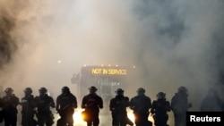 Des policiers antiémeutes bloquent les manifestants après le meurtre de Keith Lamont Scott à Charlotte, Caroline du Nord, le 20 septembre 2016.