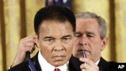 무하마드 알리(왼쪽)가 지난 2005년 9월 백악관에서 조지 W. 부시 미국 대통령으로부터 민간인 최고 상훈인 '대통령 자유 메달'을 받고 있다.
