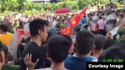 數以百計越戰老兵到陽江市政府抗議剋扣老兵補貼(六四天網圖片)