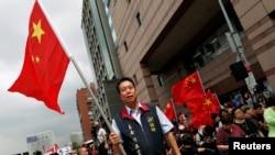 中華統一促進黨2016年5月18日在台北街頭揮舞五星紅旗(資料照)